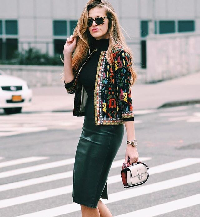 Try this midi black leather pencil skirt outfit for the fall season