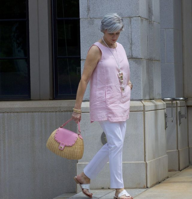 Super casual outfit for 50 year old woman with sleevless pink blouse