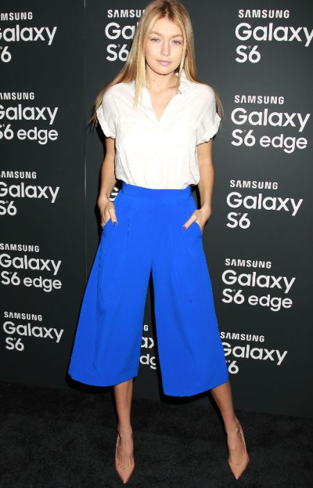 Cropped pants trend mixed with a white shirt