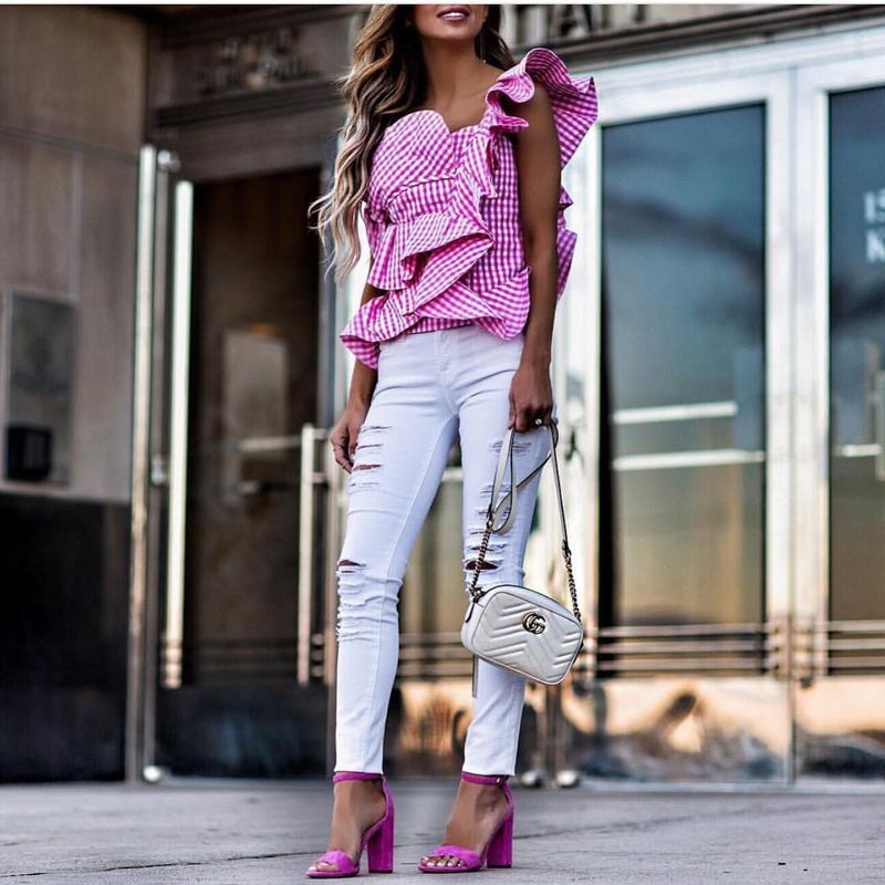 Club outfit with ruffles and a pair of white distressed jeans