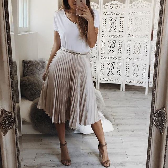 Casual work outfit for summer with pleated skirt and white t-shirt