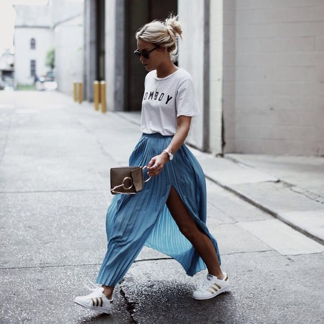 Summer long skirt outfit with pleated skirt, t-shirt and sneakers