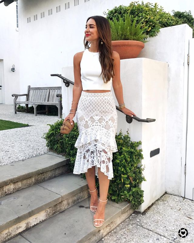 Outfit with a white lace skirt with ruffles