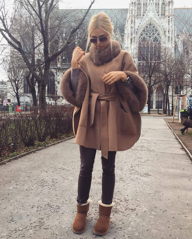 Paire your skinny jeans with brown ugg and a large brown furry coat