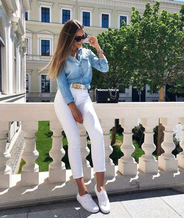 White skinny jeans outfit paired with white sneakers