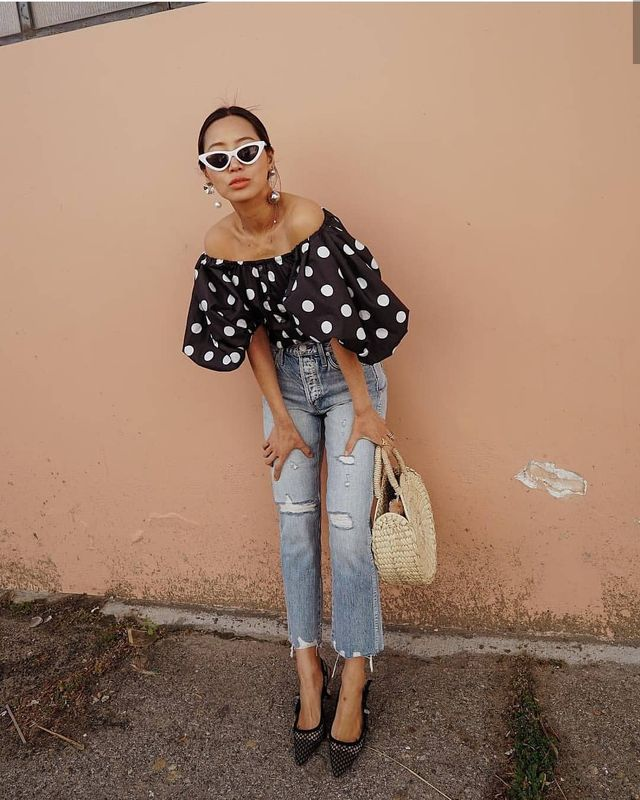 High heels, high waist jeans and off shoulder blouse for a summer outfit with jeans