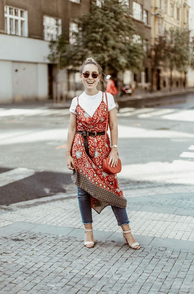 Wear a long kimono with a pair of jeans in order to create an unusual summer outfit with jeans