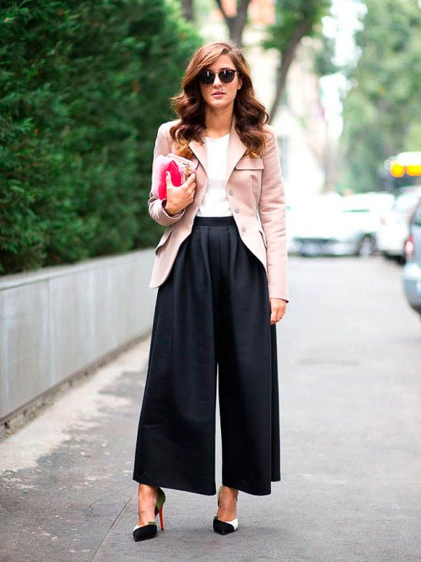 Elegant black culottepants with a pink coat