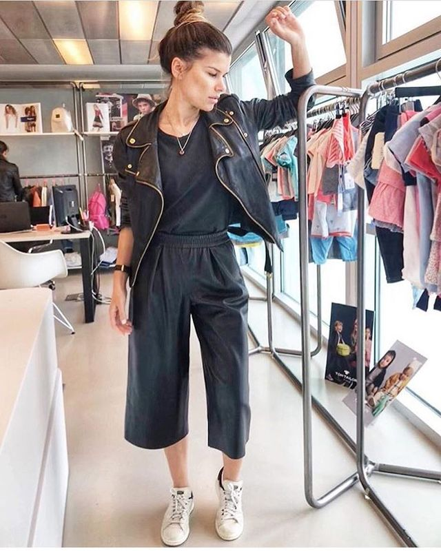 How to wear culottes with flats: sneakers