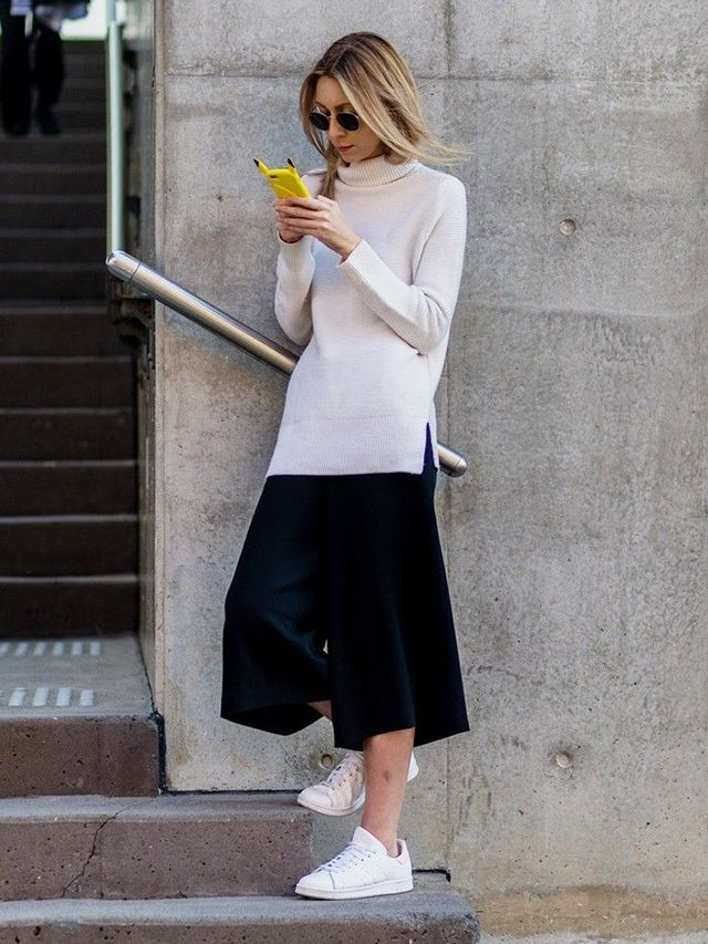 How to wear culottes with a sweater and sneakers