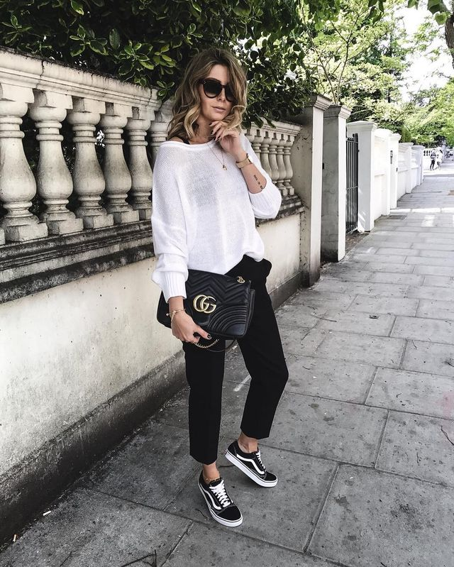Casual date outfit with black chinoi pants, large white blouse and black converse