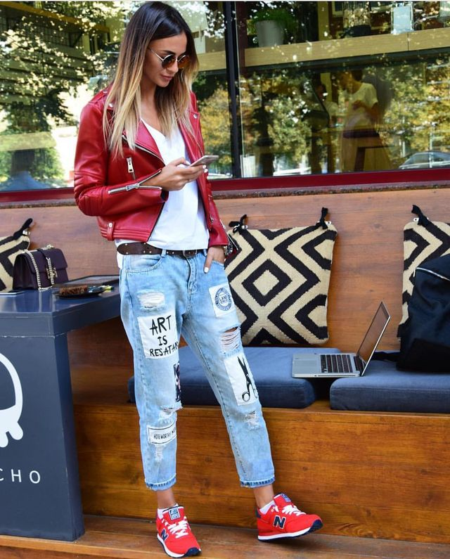 First date drinks outfit with boyfriend jeans and sneakers