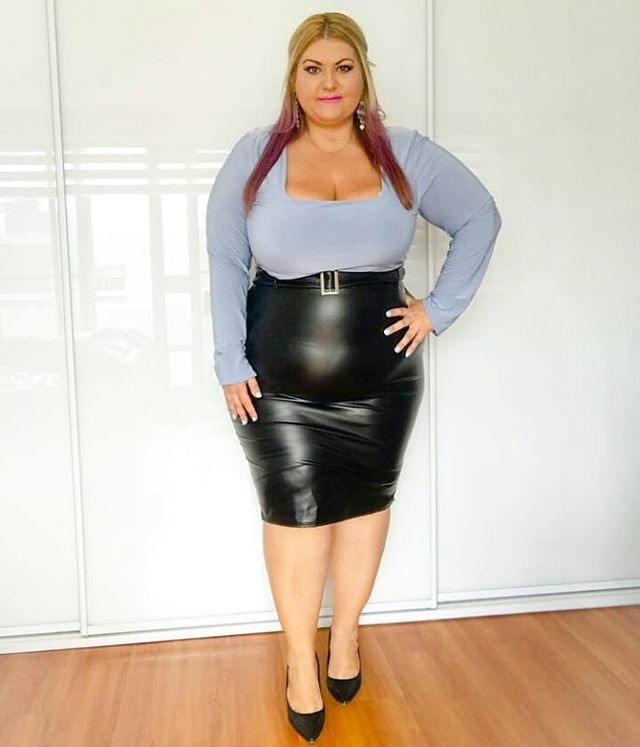 Midi black leather pencil skirt outfit for plus size lady