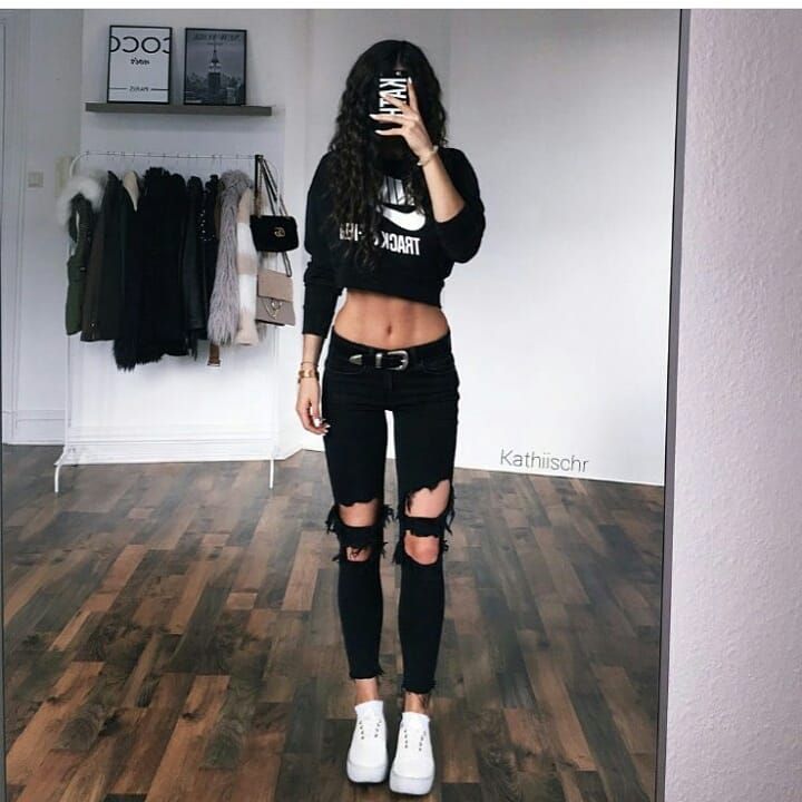 6f77bf108 Crop top and ripped jeans is the perfect teenage casual outfit