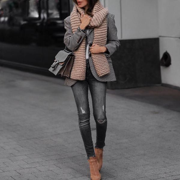 How to wear gray skinny jeans with short cream boots and a gray coat
