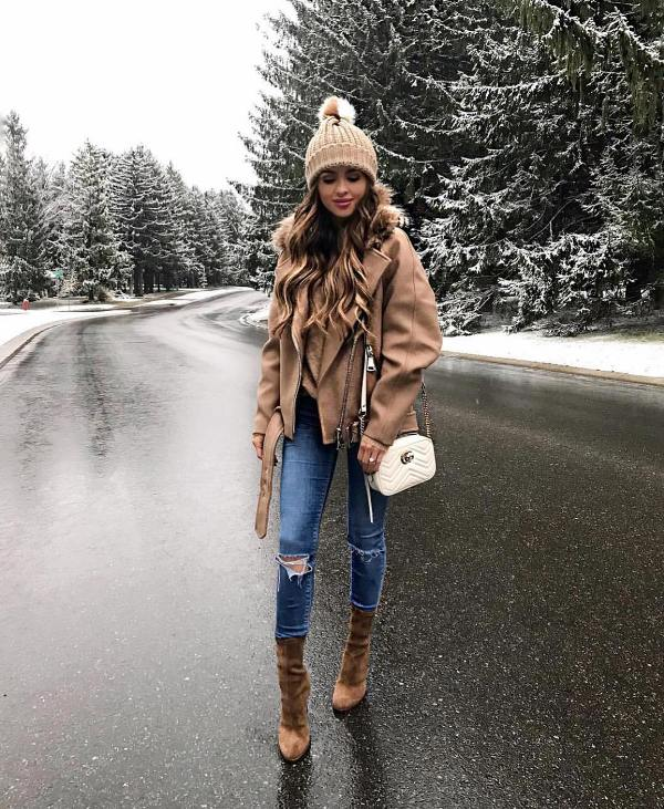 Outfit with a cream oversize coat, a cream sweater and short cream boots