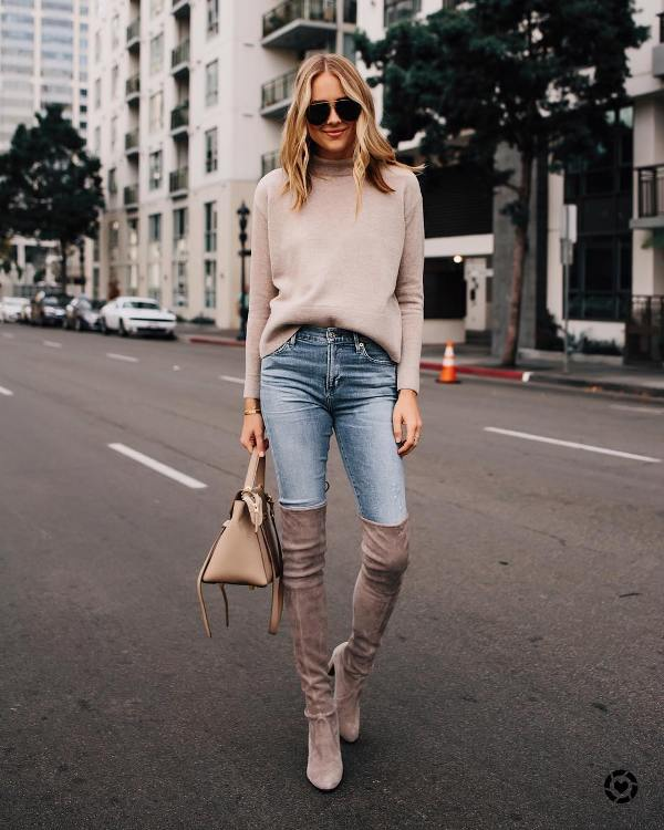 Efortless outfit with skinny jeans and cream boots and a cream sweater