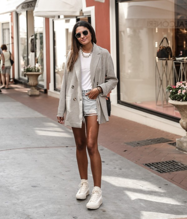 How to wear denim shorts with sneakers ladies